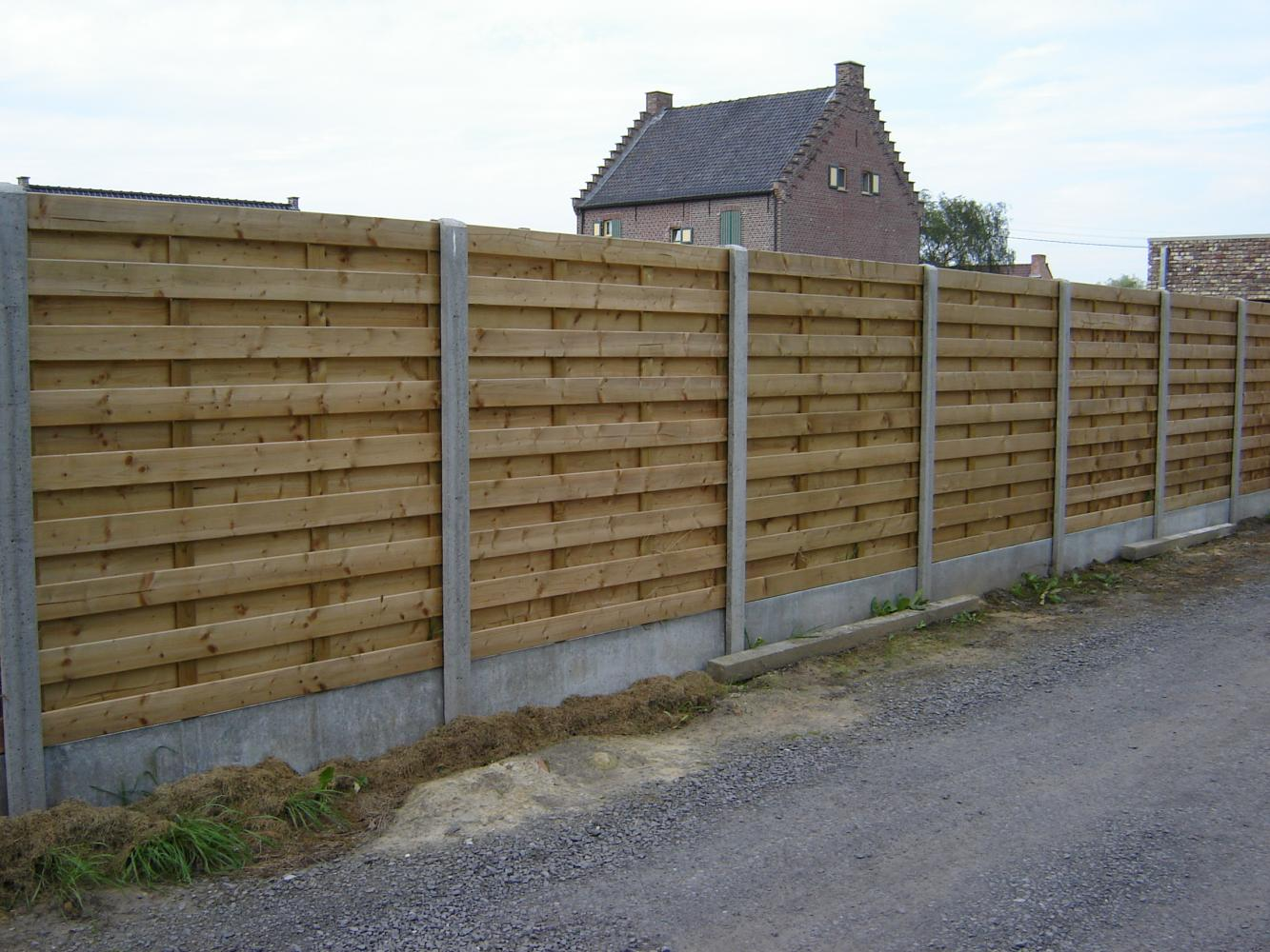 omheining met houten panelen