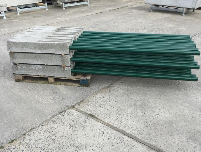 groene paal met betonvoet