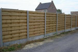 houten omheining met betonnen tussenpalen