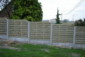 omheining met houten panelen stapsgewijs